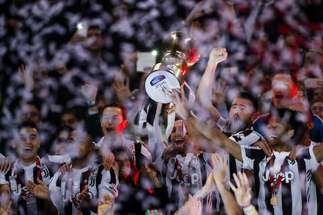 Juventus' players celebrate with the trophy after winning the Italy Cup's Final soccer match Juventus FC vs AC Milan at Olimpico stadium in Rome, Italy, 09 May 2018. ANSA/ANGELO CARCONI